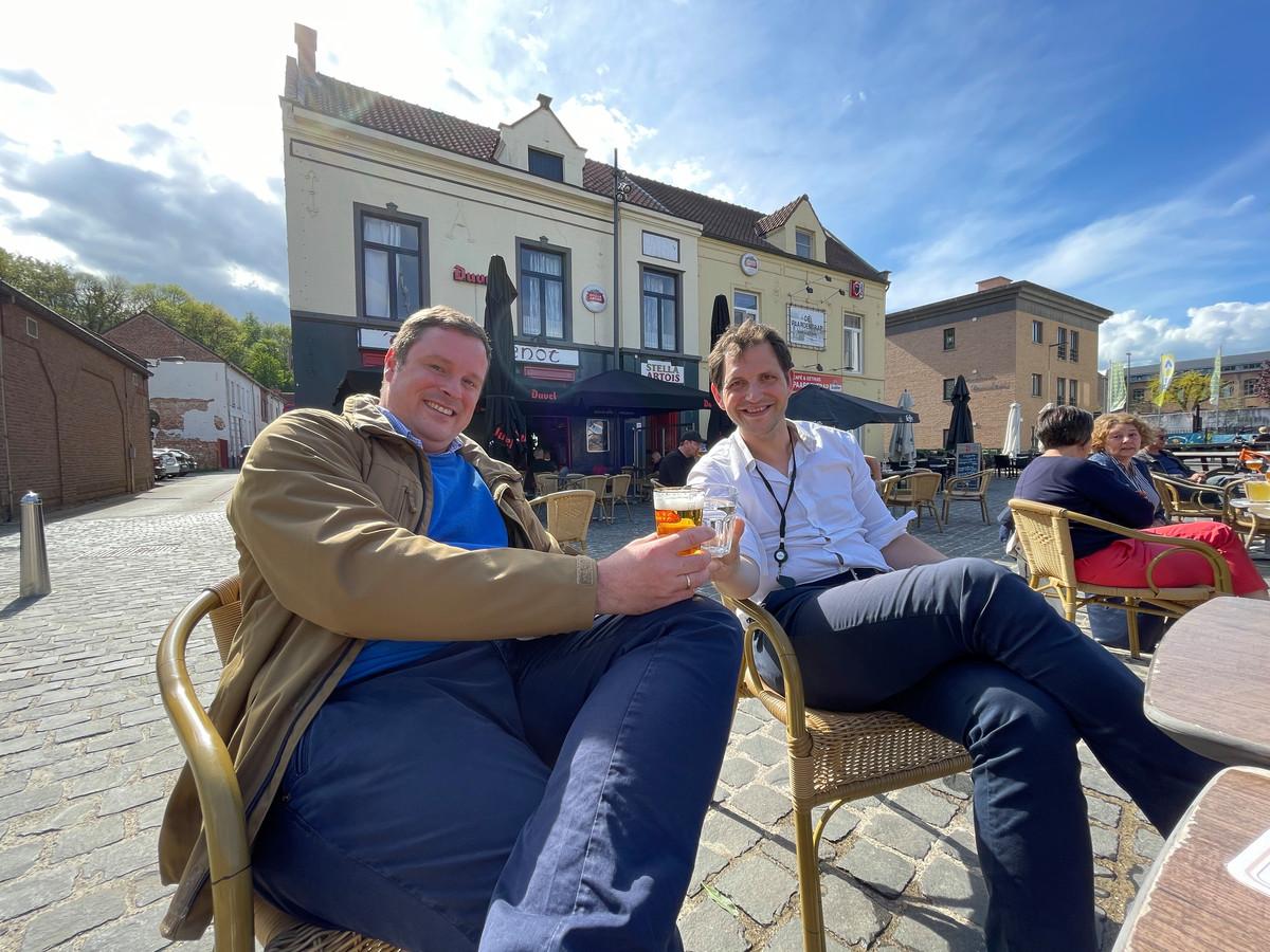 Schepenen Geert Cluckers (DDS) en Maurits Vande Reynde (Open Vld) op een terrasje in Diest.