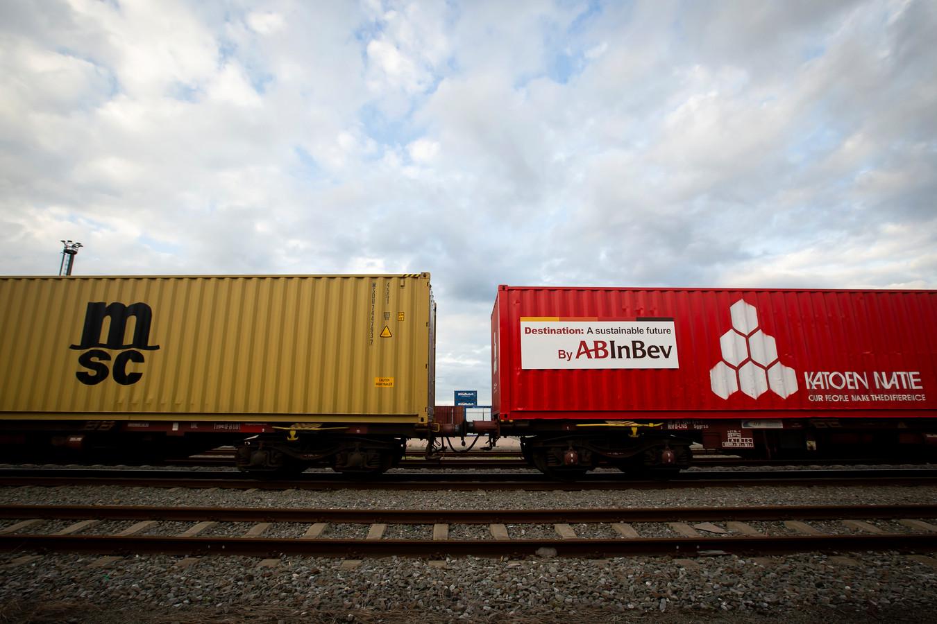Deze foto uit 2019 laat een 'biertrein' zien tijdens het feestelijk begin van een nieuwe treinverbinding van AB Inbev in de haven van Antwerpen.  AB Inbev werkt daarvoor onder meer samen met Lineas.
