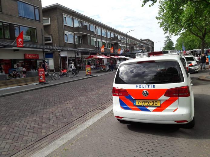 De politie is met drie wagens ter plaatste op de Adelaarslaan in Apeldoorn.