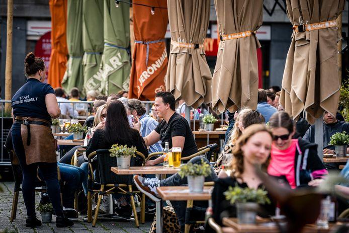 Drukte op terrassen op de Markt in Den Bosch.  Stichting Den Bosch Partners wil bezoekers verleiden om ook naar andere delen van de stad te gaan.
