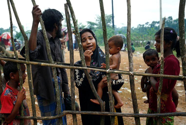 Vluchtelingen moeten wachten aan het vluchtelingenkamp Kutupalang in Cox's Bazar in Bangladesh. Beeld reuters
