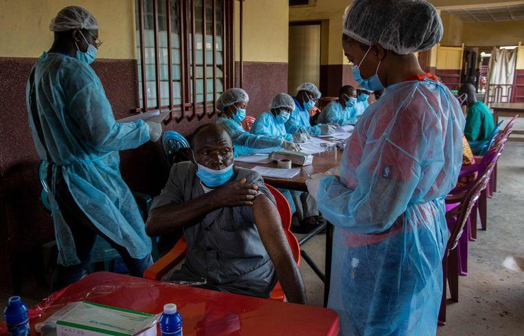 Een medewerker van het ziekenhuis in N'zerekore in Guinee wordt gevaccineerd tegen ebola nu er een nieuwe uitbraak is in deze plaats.   Beeld AFP