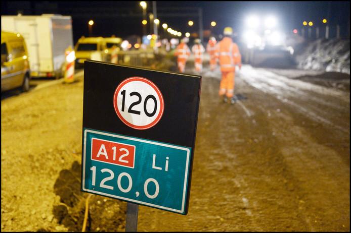 Nachtelijk werk aan de verbreding van de A12 tussen Ede en Grijsoord.