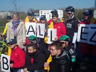 FOTO. Vandaag op de kasseien van Roubaix: Sagan poseert met fans, Van Aert heeft er zin in
