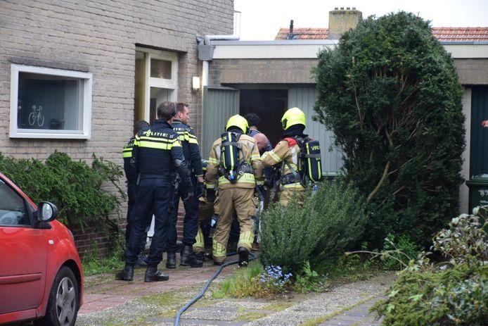 Brandweer en politie bij de woning in Mook.