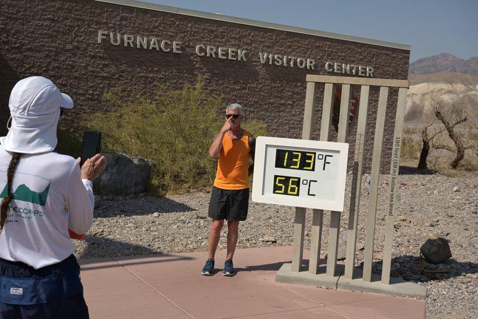 Parkopzichter Jennette Jurado maakt een foto van de hoge temperatuur in Death Valley, Californië.