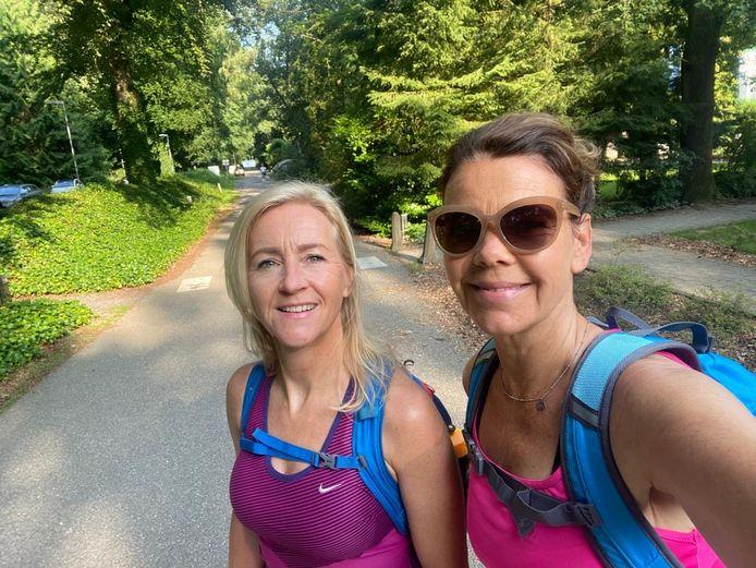 Sabine Veldhuis (l) en Francy Wilthuis lopen tóch de vierdaagse