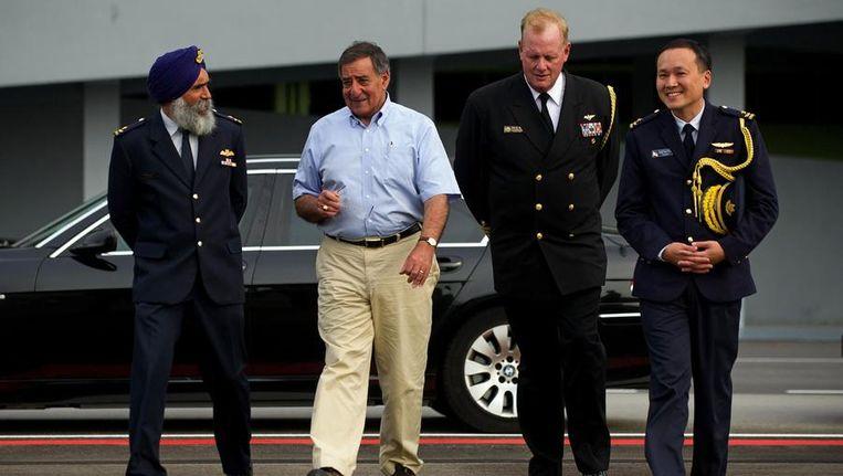 Panetta (tweede van links) komt aan op Singepore, als tussenstop van zijn reis naar Vietnam. Beeld reuters