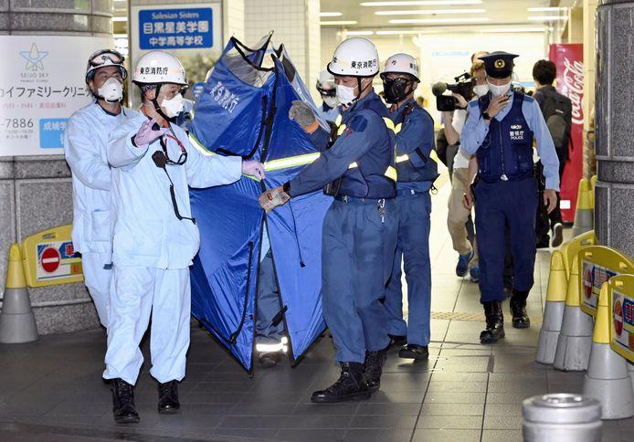 Hulpdiensten en politieagenten in het Soshigaya-Okura treinstation in Tokio, waar een man 10 anderen verwondde met een mes.