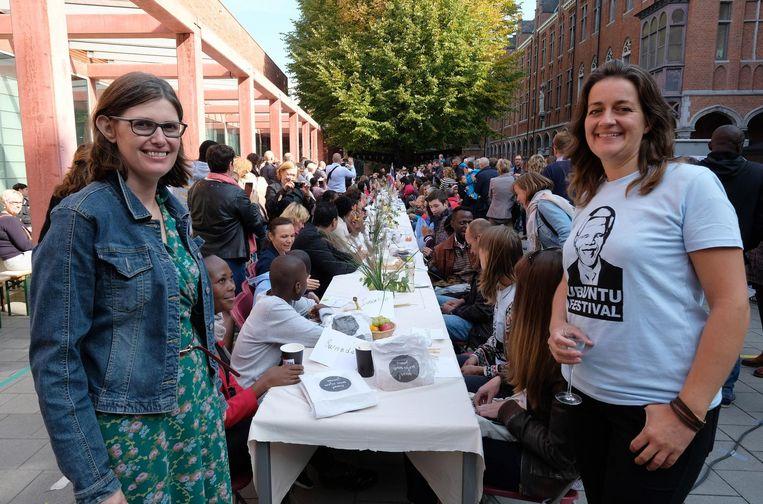 Organisatoren Veerle De Wael en Inneke Vos bij de lange ontbijttafel.