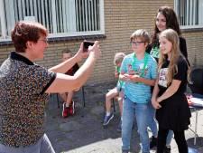 Deze bekende TikTokker geeft Rozenburgse kinderen tips bij maken van video's