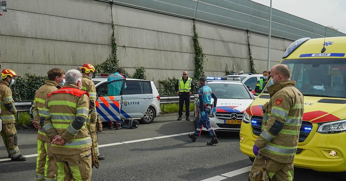 Agent die onderweg was naar ander ongeval raakt gewond bij botsing op A12 bij Driebergen.