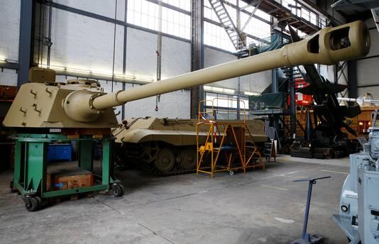 De geschutskoepel van de Tiger II in het Zwitserse Full tijdens de restauratie. Mogelijk is de tank door de Duitsers ingezet tijdens de Slag om Arnhem.