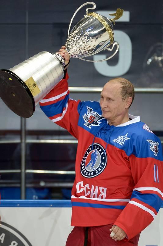 Poutine a célébré son 63e anniversaire sur la glace à Sotchi face à quelques anciennes stars de la NHL.