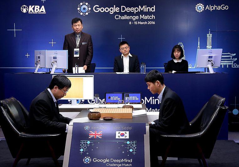 Go-wereldkampioen Lee-Se-dol speelt tegen de Google-computer AlphaGo.  Beeld Getty
