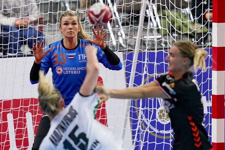 De Nederlandse handbalster Tess Wester in actie tijdens de wedstrijd tegen Duitsland op het WK handbal in Aqua Dome. Beeld Ronald Hoogendoorn / ANP