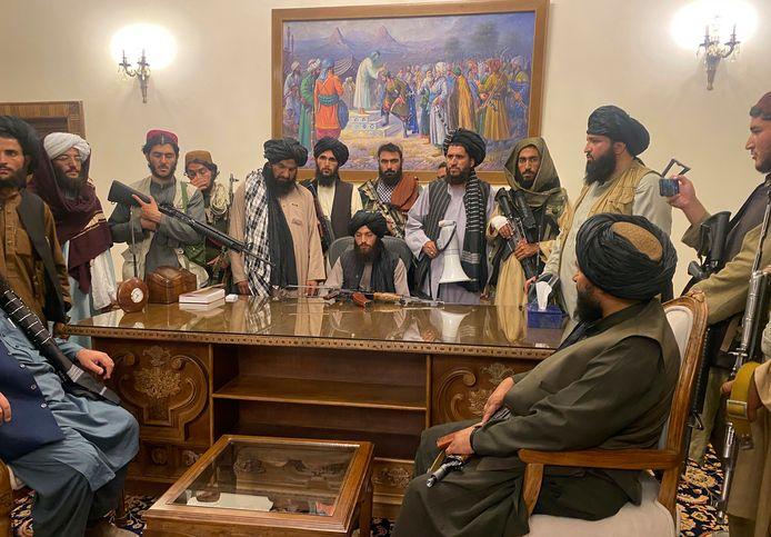 Talibanstrijders in het presidentiële paleis in Kabul nadat president Ashraf Ghani het land ontvlucht had.