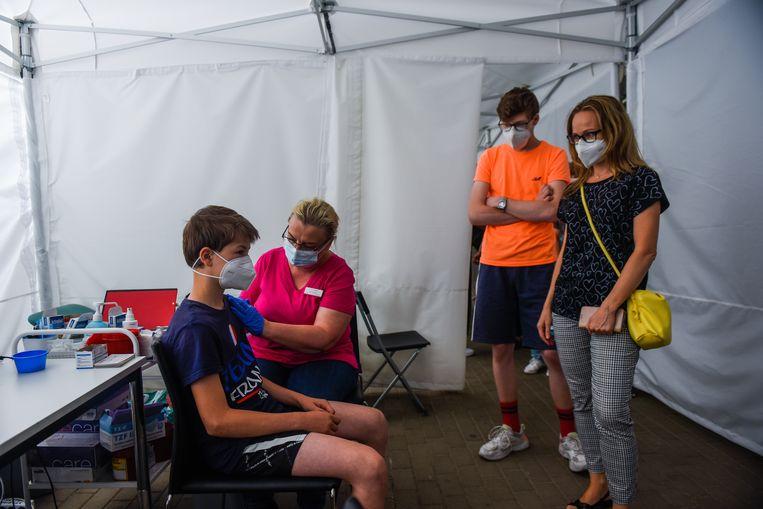 In Polen worden tieners al gevaccineerd tegen het coronavirus.  Beeld Getty Images
