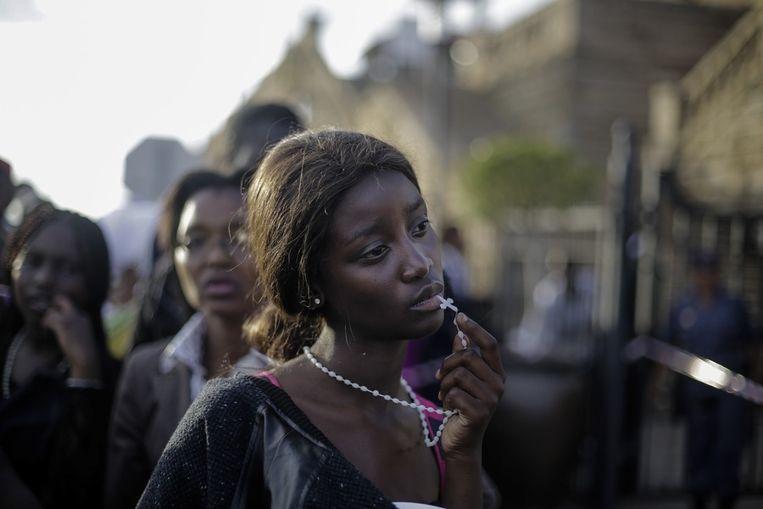 Eerste prijs Mensen<br /><br />Een jonge Zuid-Afrikaanse vrouw reageert teleurgesteld, nadat ze wordt weggestuurd als zij de laatste eer wil bewijzen bij het opgebaarde lichaam van Nelson Mandela. Beeld Markus Schreiber