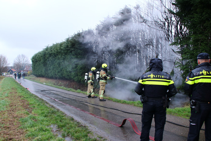Een groot deel van de haag raakte beschadigd door de brand.