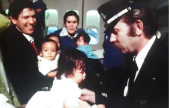 Echtgenotes van KLM-personeel bevielen zogenaamd in Brazilië en kwamen met hun baby's terug naar Nederland. Minister Dekker kondigt aan adoptie door Nederlandse ouders in binnen- en buitenland te onderzoeken.