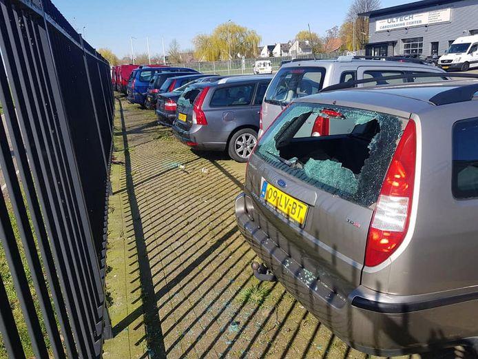 De auto's stonden op het privéterrein van Vredegoor Auto's.