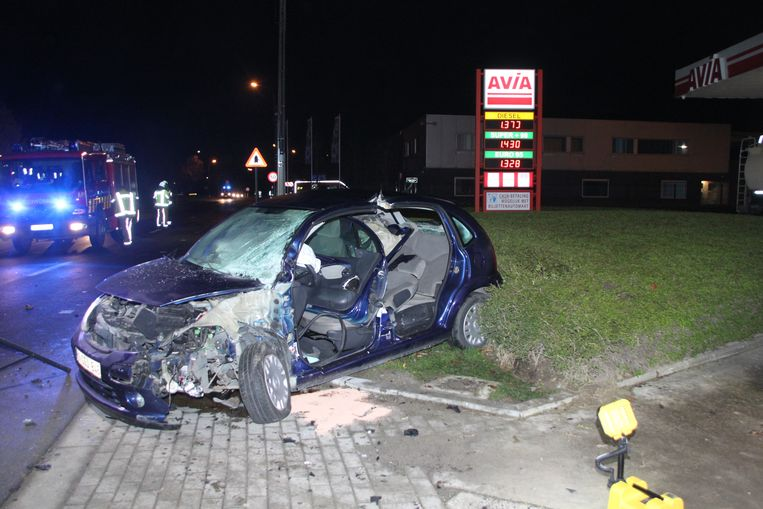De wagen van de vrouw raakte zwaar beschadigd.