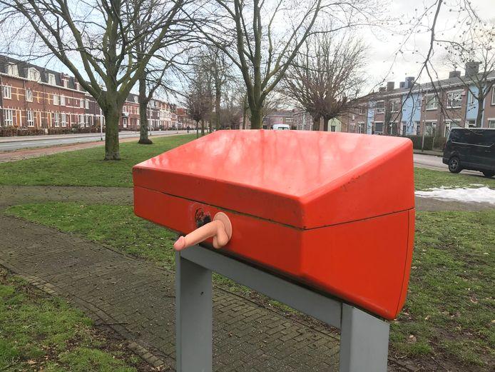 De met dildo beplakte brievenbus aan de Weurtseweg.