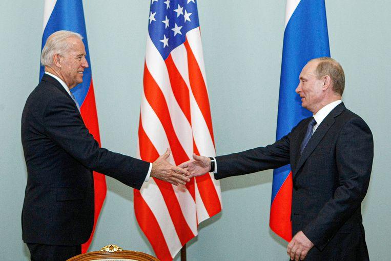 Op 10 maart 2011 schudde vicepresident Joe Biden al eens de hand van Vladimir Poetin. Beeld AP