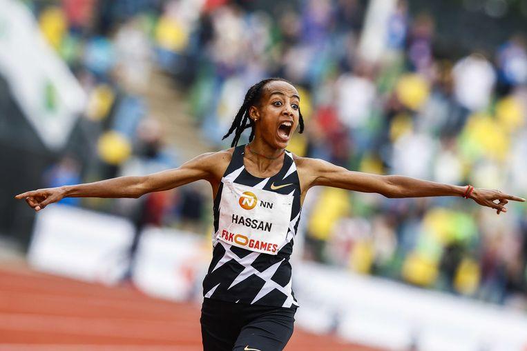 Sifan Hassan juicht na de finish van de 10.000 meter tijdens de FBK Games.  Beeld ANP