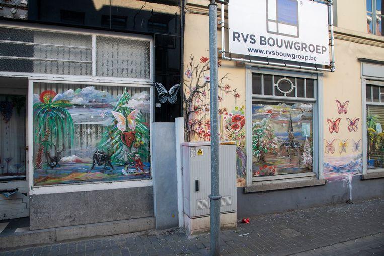Kleurrijke gevels in de grauwe Kerkstraat in Wetteren.