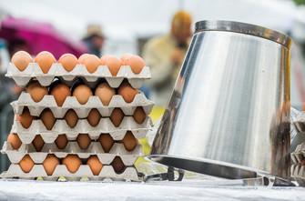 """fotoreeks over Nooit eerder zoveel belangstelling voor reuzenomelet in Malmedy: """"Want de besmette eieren, die komen toch uit België?"""""""