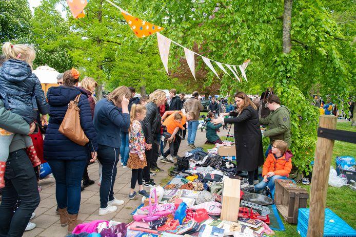 Aan het begin van middag, op de kleedjesmarkt, was er nog niets aan de hand in Apeldoorn.