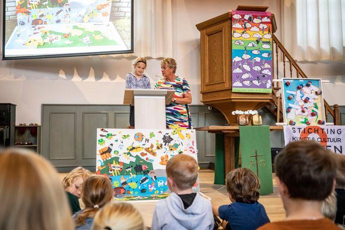 In de Dorpskerk (die witte) wordt de Kunstenmakerstrofee uitgedeeld aan de winnende groep van alle basisscholen. Op de foto de Haarschool.