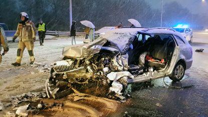 Twee wagens botsen frontaal op Ringlaan: bestuurder levensgevaarlijk gewond