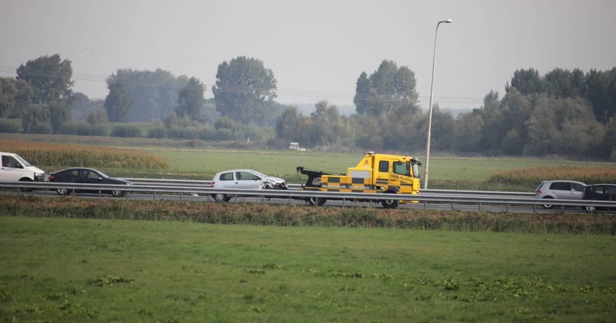 Een gewonde bij botsing op A59 bij Waalwijk: twee voertuigen beschadigd.