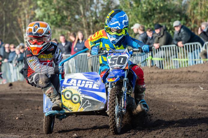 Sfeerimpressie Motorcross Made. De kleintjes rijden geconcentreerd op de motor en zijspan. Pix4Profs/René Schotanus