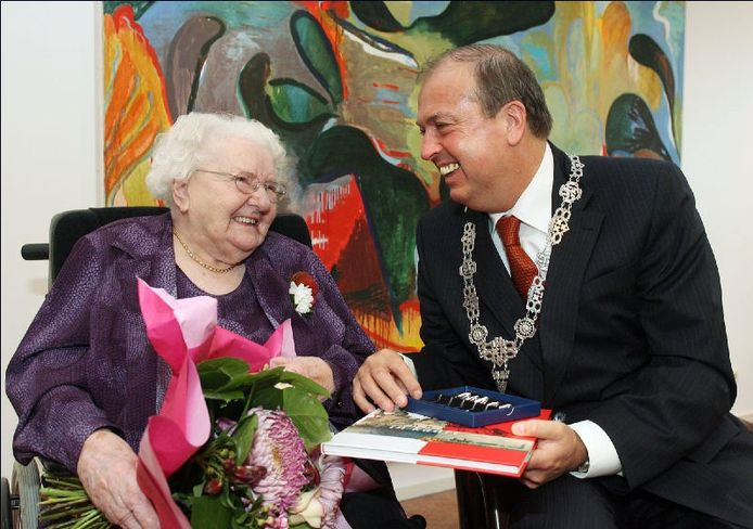 Bertha van Hasselt met de Bredase burgemeester Peter van der Velden in 2006, op haar 105e verjaardag. FOTO Cor Viveen.