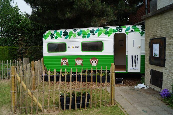 De caravan, die omgebouwd werd tot stille ruimte, kreeg een plaatsje in de tuin van de school