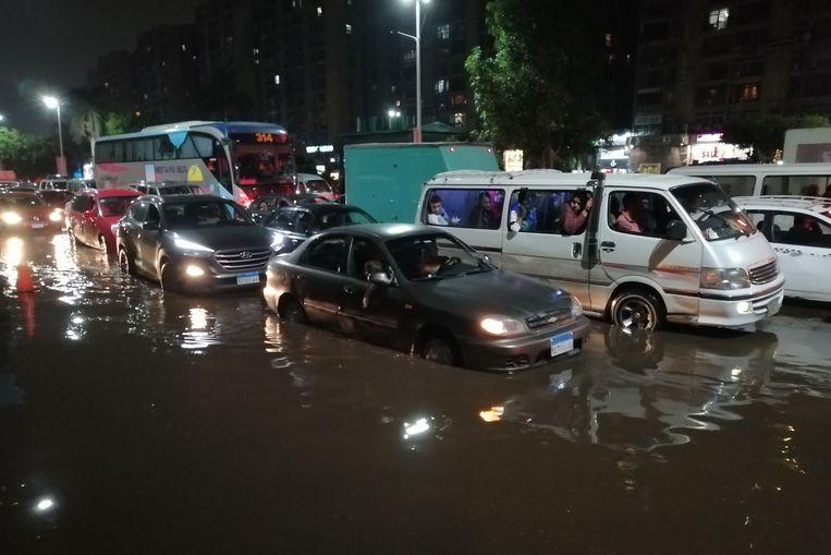 Overstroomde wegen en straten vol modder in Caïro.