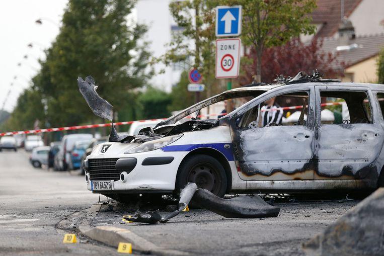 Een uitgebrande politieauto in Frankrijk.  Beeld AFP