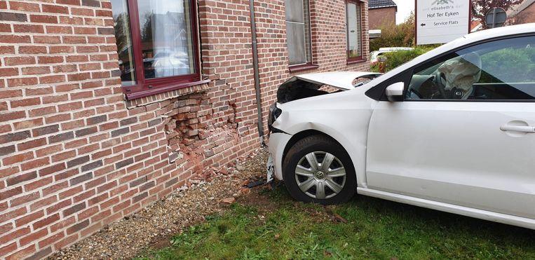 De auto kwam tegen de gevel van het rusthuis terecht.