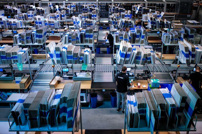 Pakjes worden voor verzending gesorteerd in het distributiecentrum van bol.com tijdens de drukke dagen voor de viering van het sinterklaasfeest.  Beeld Hollandse Hoogte / Dolph Cantrijn