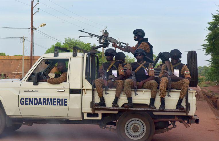 Soldaten op een pick-up truck in Ouagadougou, de hoofdstad van Burkina Faso. Beeld AFP