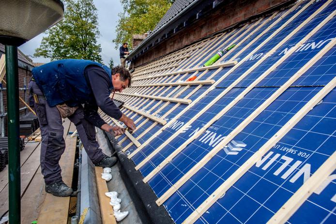 De renovatie van het dak van het Schuttershof moet half november klaar zijn. Begin volgend jaar moeten de zonnepanelen in werking zijn voor de nieuwe samenwijsaccommodatie in het kerkgebouw.