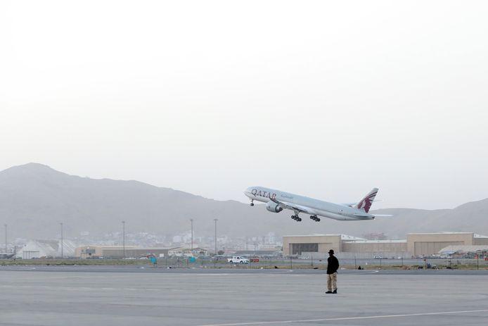 Het betreft de eerste vlucht waarmee een grote groep burgers kan vertrekken sinds het einde van de chaotische evacuatie van vorige maand.