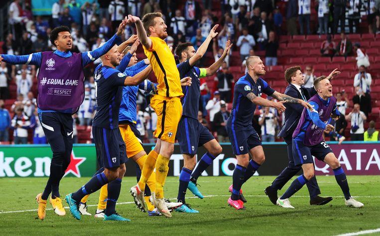De Finnen aan het feest na hun zege tegen Denemarken. Beeld EPA