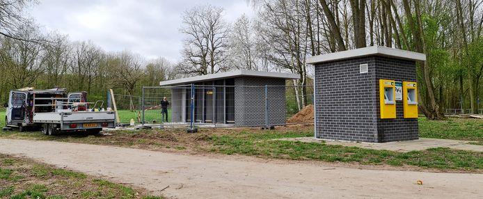 Het nieuwe toiletgebouw bij het Wylerbergmeer is nog in aanbouw.