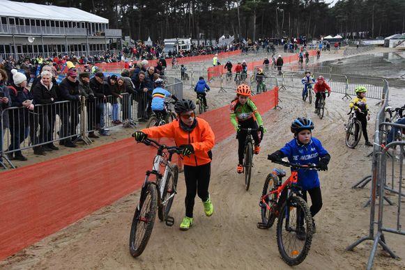 De ene fietst, de andere loopt door het zand.