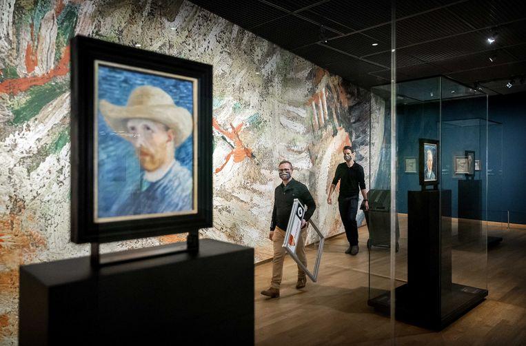 Medewerkers tuigen een stemhokje op in het Van Gogh Museum.  Beeld EPA